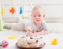 Μωρό και κέικ, γενέθλια εορτασμού παιδιών, σερνμένος παιδί νηπίων, εσωτερική ζωή στοκ φωτογραφίες