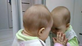Μωρό και καθρέφτης απόθεμα βίντεο