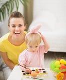 Μωρό και μητέρα που έχουν τη διασκέδαση σε Πάσχα Στοκ εικόνες με δικαίωμα ελεύθερης χρήσης