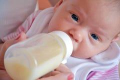 Μωρό και μπουκάλι 2 Στοκ εικόνες με δικαίωμα ελεύθερης χρήσης