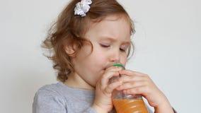 Μωρό και πρόσφατα συμπιεσμένος χυμός, καταφερτζήδες, λεμονάδα, φρέσκια, χυμός απόθεμα βίντεο