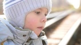 Μωρό, κινηματογράφηση σε πρώτο πλάνο προσώπου Στους περιπάτους πάρκων φθινοπώρου ένα παιδί απόθεμα βίντεο