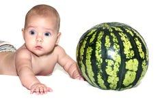 Μωρό κοντά στο καρπούζι Στοκ εικόνα με δικαίωμα ελεύθερης χρήσης