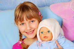 μωρό - κορίτσι κουκλών λίγ&omicro Στοκ Εικόνα