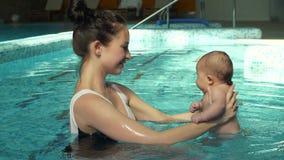 Μωρό λαβής μητέρων στη λίμνη φιλμ μικρού μήκους