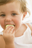 μωρό μήλων που τρώει στο εσωτερικό στοκ φωτογραφία με δικαίωμα ελεύθερης χρήσης