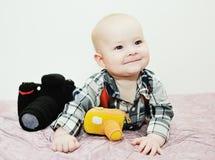 Μωρό με μια κάμερα παιχνιδιών Στοκ φωτογραφίες με δικαίωμα ελεύθερης χρήσης