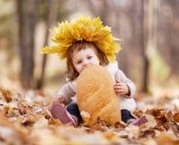 Μωρό με μια φραντζόλα στοκ εικόνες