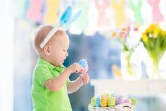 Μωρό με τα αυτιά λαγουδάκι στο κυνήγι αυγών Πάσχας Στοκ Φωτογραφία