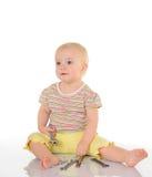 Μωρό με τα εργαλεία στην άσπρη ανασκόπηση στοκ φωτογραφία