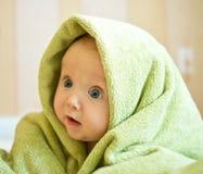 Μωρό με την πράσινη πετσέτα στοκ εικόνες με δικαίωμα ελεύθερης χρήσης