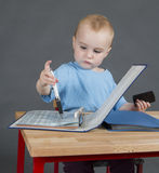 Μωρό με τη γραφική εργασία στο ξύλινο γραφείο Στοκ Εικόνα