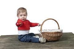 Μωρό με το σύνολο καλαθιών των μήλων, στο λευκό Στοκ Εικόνα