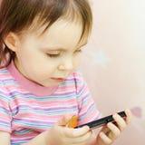 Μωρό με το τηλέφωνο της Mobil Στοκ φωτογραφία με δικαίωμα ελεύθερης χρήσης