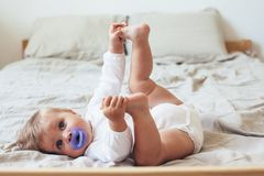 μωρό 8 μηνών με τη θηλή στοκ φωτογραφία
