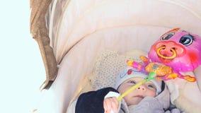 3-4 μωρό μηνών στη μεταφορά με το βίντεο μεγέθυνσης παιχνιδιών φιλμ μικρού μήκους