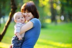 μωρό οι νεολαίες γυναικών της Στοκ Φωτογραφία