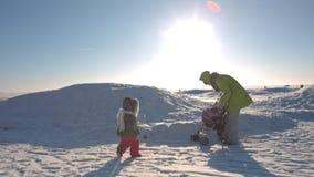μωρό οι παίζοντας νεολαί&epsil απόθεμα βίντεο