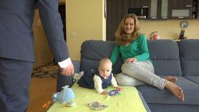 Μωρό παιχνιδιού μητέρων Κρύα χρήματα άδειας πατέρων 4K απόθεμα βίντεο