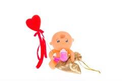 Μωρό παιχνιδιών που κρατά μια καρδιά και ένα δώρο Στοκ φωτογραφία με δικαίωμα ελεύθερης χρήσης