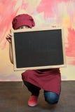 Μωρό, παιδί πίσω από τον πίνακα εμβλημάτων στην κουζίνα ή εστιατόριο Στοκ Εικόνες