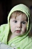 Μωρό πορτρέτου στην πράσινη εσθήτα στοκ εικόνα