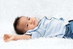 Μωρό που βάζει στην άσπρη ανασκόπηση στοκ εικόνες