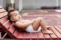Μωρό που βάζει στην έδρα στοκ φωτογραφίες