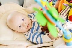 Μωρό που βάζει στην καρέκλα ψευτοπαλλικαράδων στοκ φωτογραφία