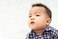 Μωρό που εξετάζει κάτι στοκ εικόνα