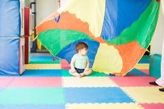 Μωρό που ερευνά τα διαφορετικά χρώματα Στοκ φωτογραφία με δικαίωμα ελεύθερης χρήσης