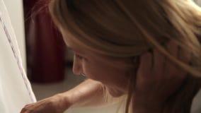 Μωρό που λικνίζει σε ένα λίκνο απόθεμα βίντεο