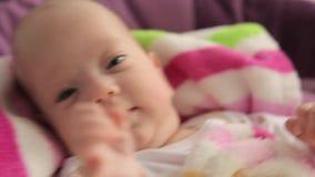 Μωρό που λικνίζει σε ένα λίκνο φιλμ μικρού μήκους