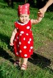 μωρό που κάνει πρώτα τα βήματ&a Στοκ εικόνα με δικαίωμα ελεύθερης χρήσης