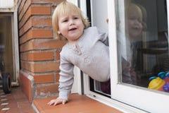 Μωρό που καλεί να κοιτάξει αδιάκριτα το πεζούλι Στοκ φωτογραφίες με δικαίωμα ελεύθερης χρήσης