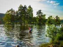 Μωρό που κολυμπά στο φιορδ Στοκ Εικόνες