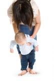 μωρό που μαθαίνει να περπα&t Στοκ Φωτογραφία