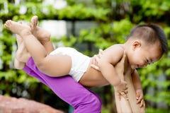 Μωρό που παίζει με τον τη μητέρα Στοκ Φωτογραφία