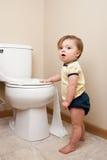 Μωρό που παίρνει στο χαρτί τουαλέτας Στοκ Εικόνα