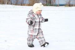 Μωρό που περπατά το χειμώνα Στοκ εικόνες με δικαίωμα ελεύθερης χρήσης