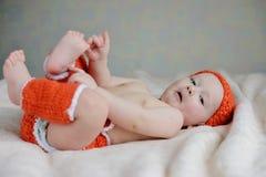 Μωρό που πιάνει τα πόδια στοκ φωτογραφία με δικαίωμα ελεύθερης χρήσης