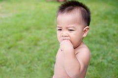 Μωρό που στέκεται στο πεδίο Στοκ Εικόνες