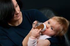 μωρό που ταΐζει με μπιμπερό &t Στοκ Εικόνες