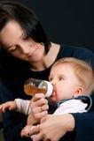 μωρό που ταΐζει με μπιμπερό &t Στοκ Φωτογραφία