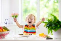Μωρό που τρώει τα λαχανικά Στερεά τρόφιμα για το νήπιο στοκ εικόνες με δικαίωμα ελεύθερης χρήσης