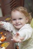 μωρό που τρώει τα μανταρίνια Στοκ Φωτογραφία