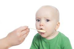 Μωρό που τρώει τα τρόφιμα στοκ φωτογραφία με δικαίωμα ελεύθερης χρήσης