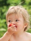 μωρό που τρώει τη φράουλα Στοκ φωτογραφία με δικαίωμα ελεύθερης χρήσης