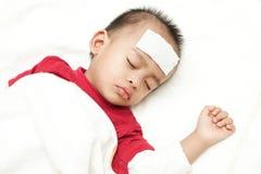 Μωρό που υφίσταται τη θερμότητα πυρετού Στοκ φωτογραφία με δικαίωμα ελεύθερης χρήσης