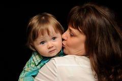 μωρό που φιλά mom Στοκ εικόνες με δικαίωμα ελεύθερης χρήσης